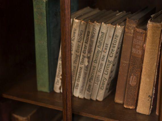 ヤバイ、非常にヤバイ。積ん読をこじらせて本棚が知らない本だらけになっている