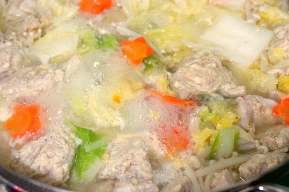 煮込まれるとり野菜鍋