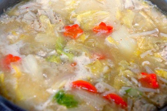 みそを投入し、なおも煮込まれるとり野菜鍋