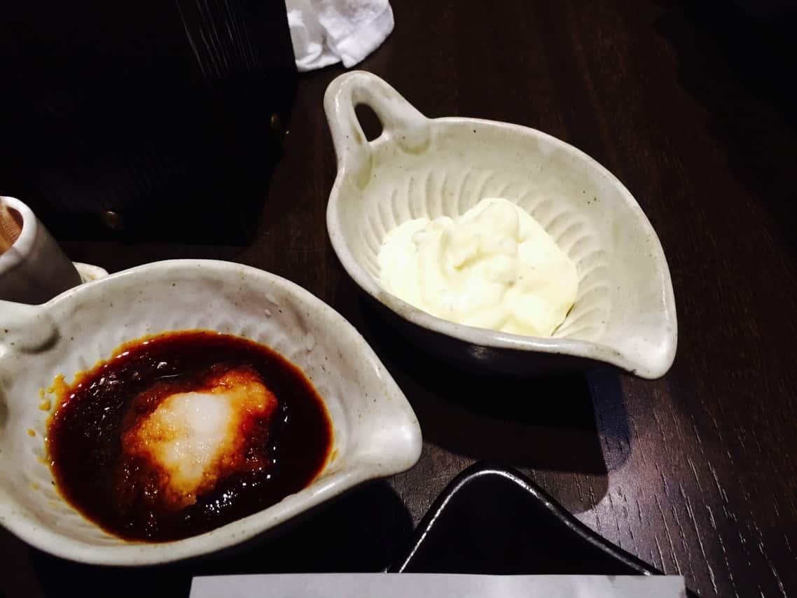 鶏間 トッピングのポン酢とタルタルソース