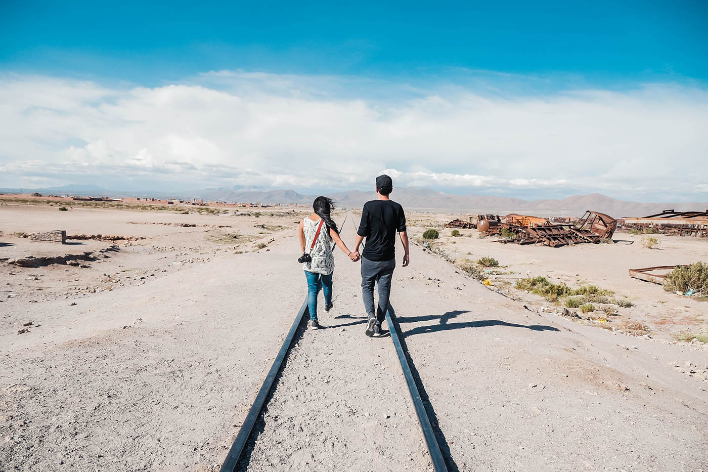 ボリビアのウユニ塩湖前の廃列車広場